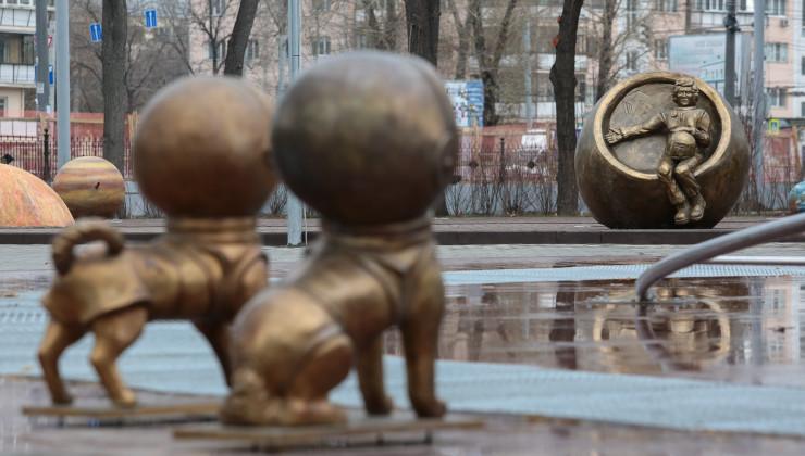 Памятник Белке стрелке и В. Терешковой