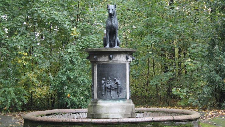 Памятник собеке Павлова